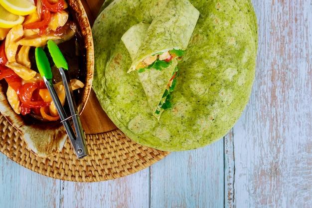Обертывание из шпината с жареной курицей и овощами