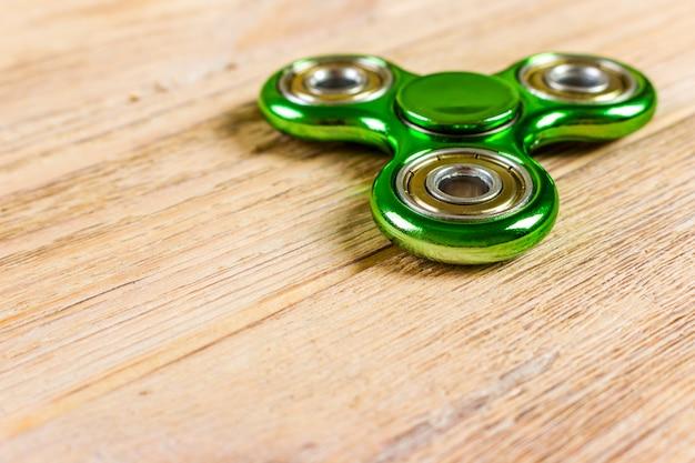 Игрушка spinner fidget для снятия стресса на деревянном столе
