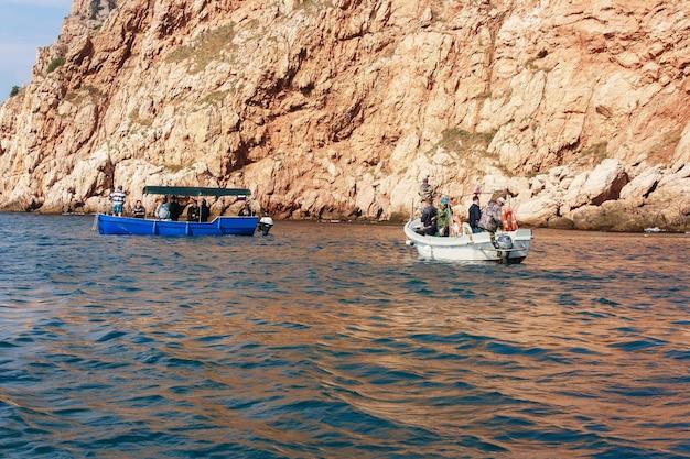 雄大な崖の近くの黒海でのスピニングフィッシング