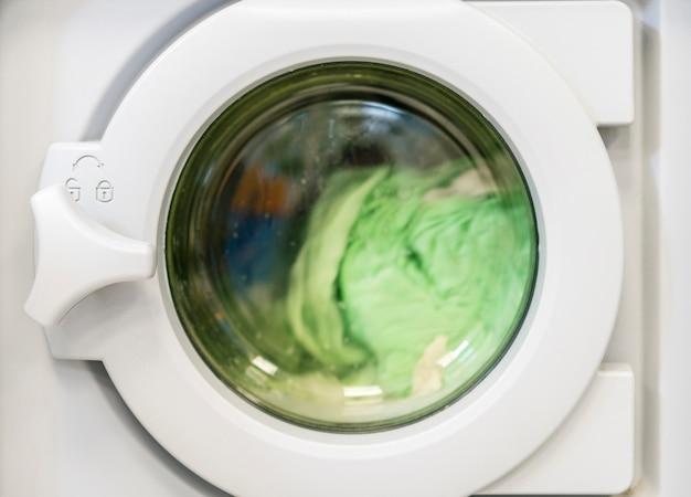 洗濯機で洗濯物を回す