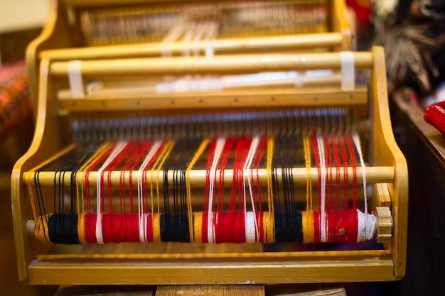 色とりどりの糸を使った紡績機