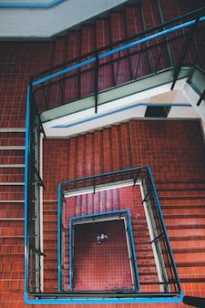 らせん状の茶色の階段