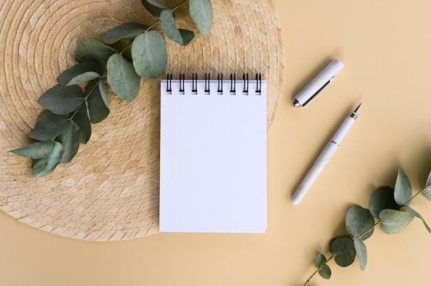 ペンでレタリングのために模擬スパイラルノート。コピースペース付きフラットレイ