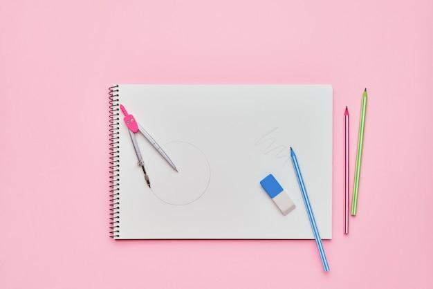 파스텔 핑크 배경에 연필로 나선형 메모장. 학교 개념으로 돌아 가기. 공간, 평면도를 복사합니다.