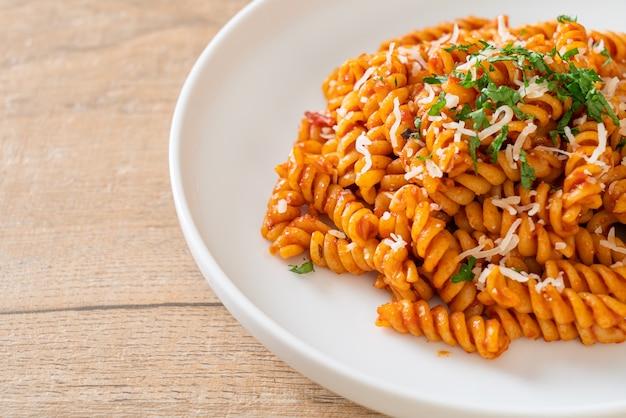 スパイラルまたはスパイラルパスタとトマトソースとチーズ-イタリアンフードスタイル