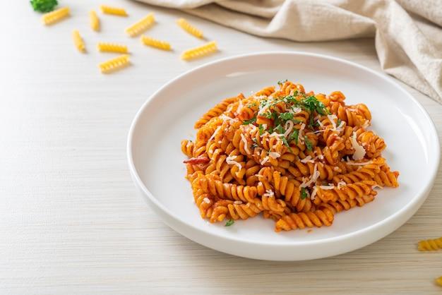 Спиральная или спиральная паста с томатным соусом и сыром - итальянская кухня