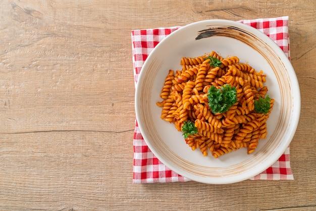 Спиральная или спиральная паста с томатным соусом и петрушкой - итальянский стиль еды