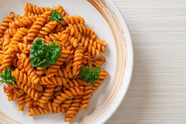 Спиральная или спиральная паста с томатным соусом и петрушкой - стиль итальянской кухни