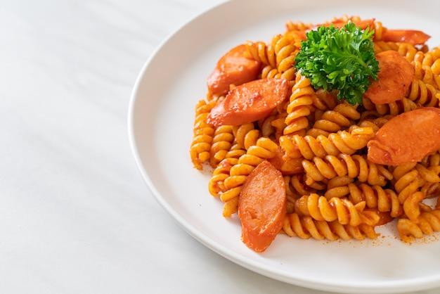 Спиральная или спиральная паста с томатным соусом и колбасой - итальянский стиль еды
