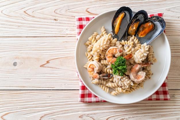 Спиральная паста со сливочно-грибным соусом и морепродуктами - итальянская кухня