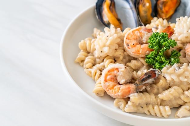 해산물을 곁들인 나선형 파스타 버섯 크림 소스 - 이탈리아 음식 스타일