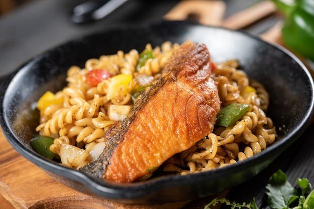 Спиральная паста с лососем и овощами