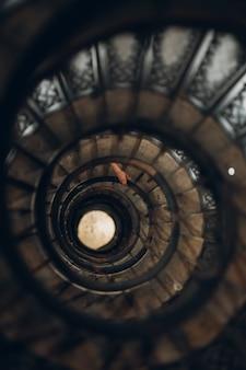 らせん階段と人間の手