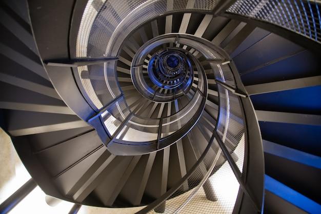 Вид снизу винтовой лестницы. геометрический фон