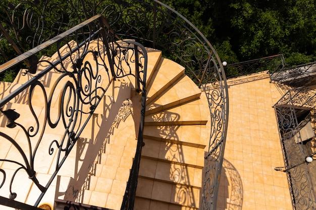 건물 외부에서 나선형 계단