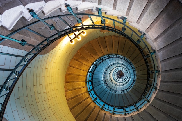 Винтовая лестница внутри маяка экмюль в бретани, франция