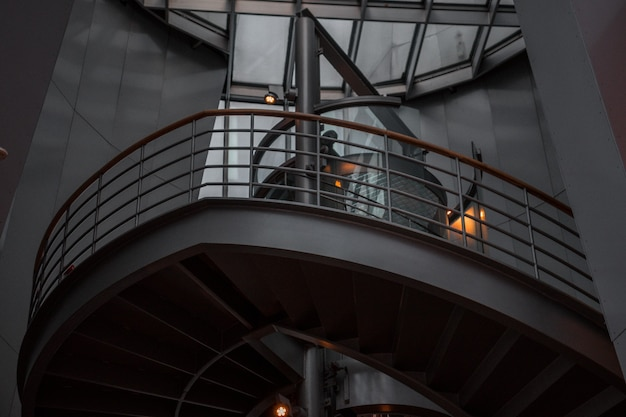 Винтовая лестница с металлическими перилами