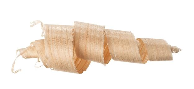 Спиральная деревянная бритья, изолированные на белом фоне крупным планом