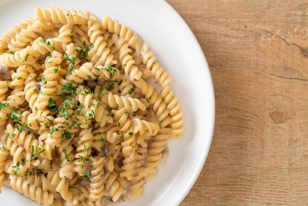 Spirali 또는 나선형 파스타 버섯 크림 소스와 파슬리-이탈리아 음식 스타일