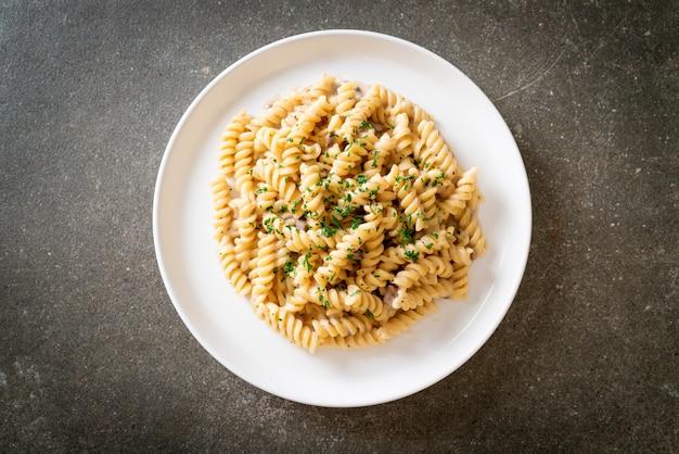 파슬리를 곁들인 나선형 또는 나선형 파스타 버섯 크림 소스, 이탈리아 음식 스타일