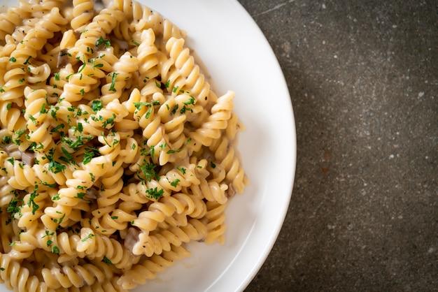 Спирали или спираль паста грибно-сливочный соус с петрушкой - стиль итальянской кухни