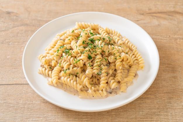 Спирали или спираль паста грибно-кремовый соус с петрушкой - стиль итальянской кухни