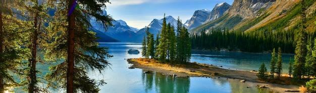 マリンレイクジャスパー国立公園アルバータカナダのスピリットアイランド