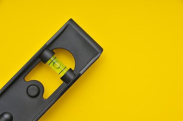 テキストとデザインのためのスペースと黄色のクローズアップの水準器