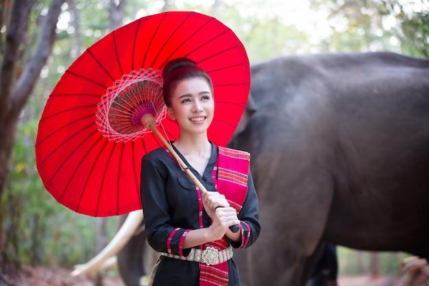 スピリットオブアジア、タイの田舎;日の出を背景に農夫と象。アジア文化