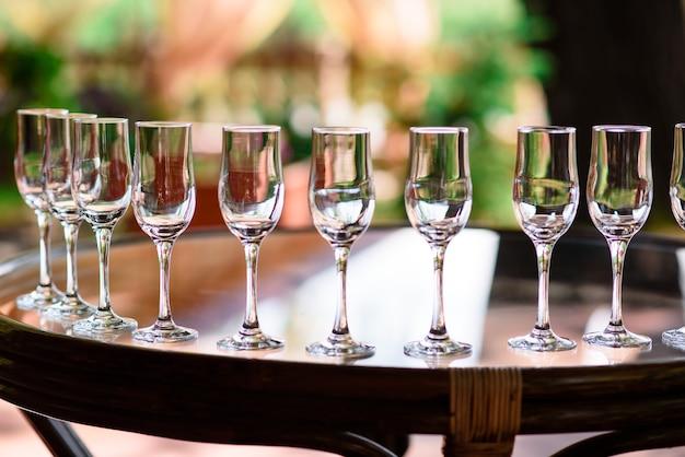 テーブルの上のスピリッツとカクテル。