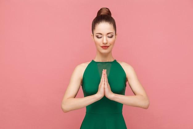 精神修行の女性が瞑想のムードラムの平和をやって目を閉じた