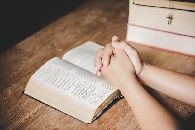영성과 종교, 손 믿음에 대 한 교회 개념에 성경에기도에 접혀.