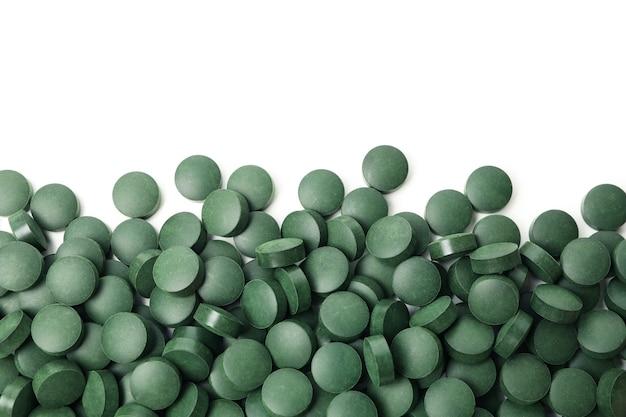 흰색 배경에 고립 된 알 약에 스피루리나