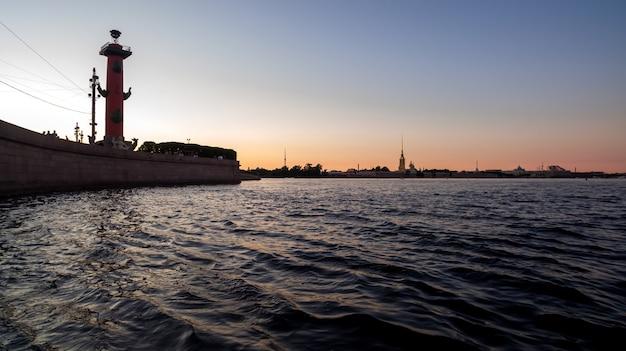 Стрелка васильевского острова и петропавловская крепость. белая ночь