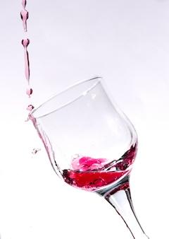 赤ワインのガラスのしぶき