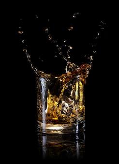 ウイスキーの丸いガラスのスプラッシュ