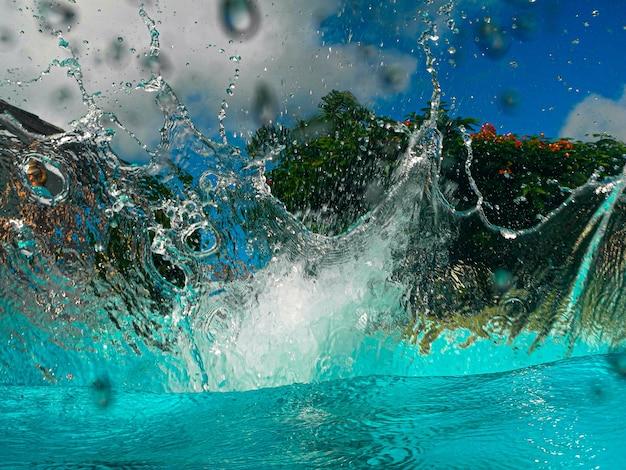물에 딥 기포가 형성된 후 수영장에서 튀기십시오.