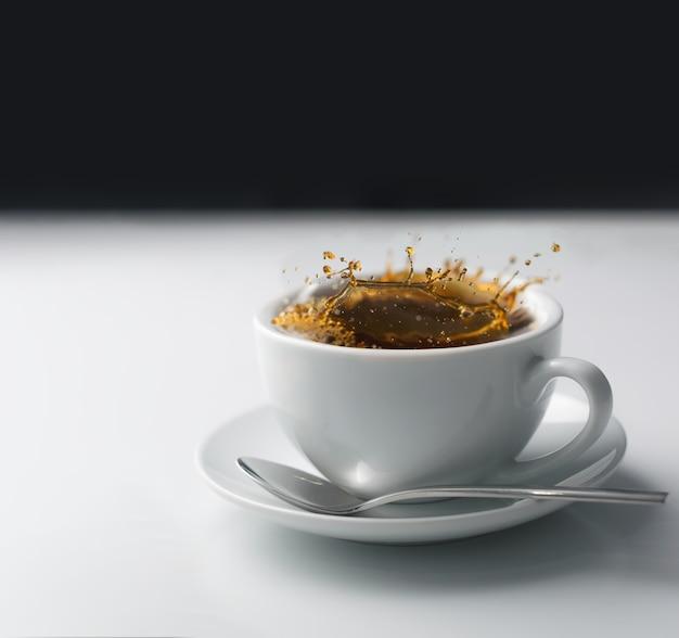 白いカップのコーヒーのスプラッシュ