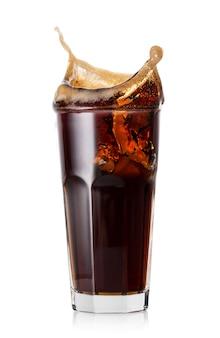 Всплеск колы из кубиков льда в стакане