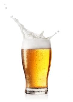 ビールのグラスの泡のスプラッシュ
