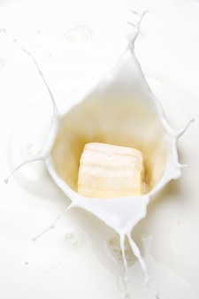 바나나 한 조각으로 우유를 튀깁니다.