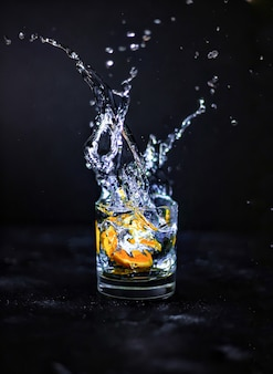 유리에 물이 튀다
