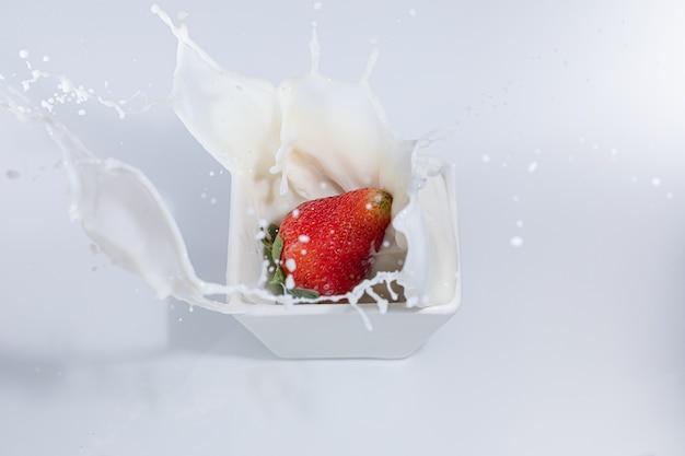 Всплеск фотография жителя, падающего в молоко