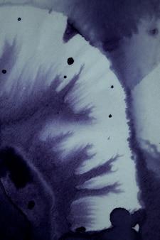 スプラッシュ、白い背景の混沌としたインクスポット。白い背景の上のインクの青い滴と飛び散る