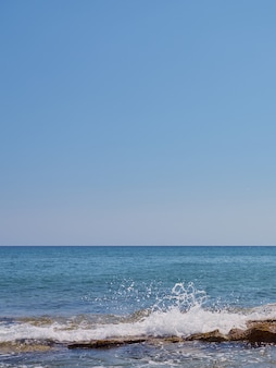 크레타 해안의 바위에 파도가 튀었습니다.