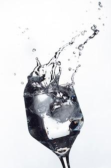 美しいスプラッシュを形成する液体のスプラッシュ