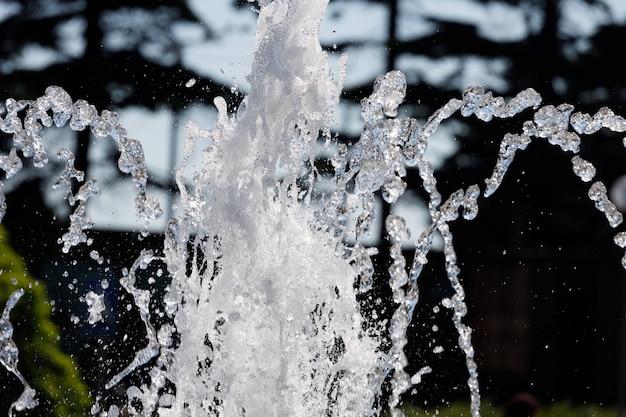市の噴水からの水のしぶき。高品質の写真