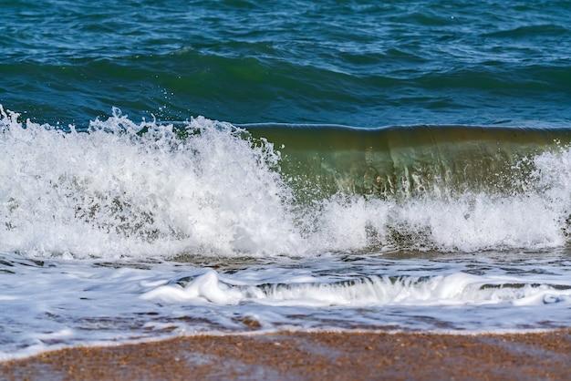 해변에 튀는 큰 파도