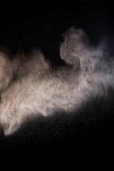 Разбрызгивание порошка пыли