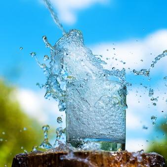 Брызги воды из стекла